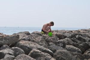 Daniel beim ersten Krebsfang am Strand